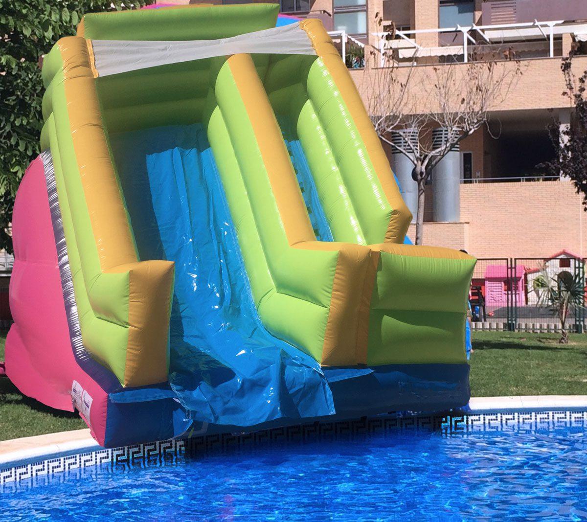 Mega tobogán a piscina